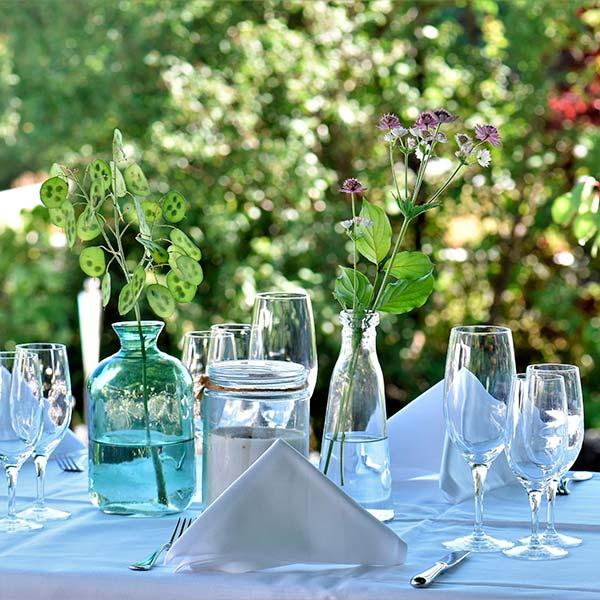 websale-erfolgsstory-hagen-grote-gedeckter-tisch-in-der-natur-mit-gläsern-und-vasen