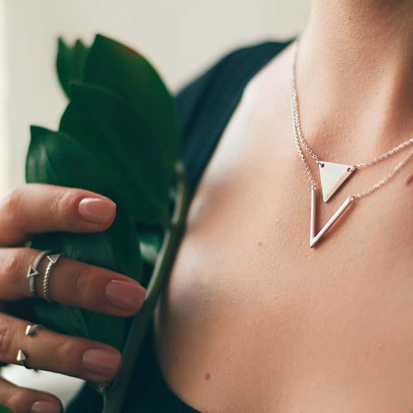 websale-erfolgsstory-leaf-halskette-im-decoltée-ringe-an-den-fingern