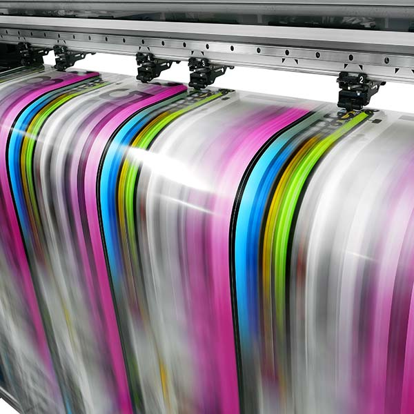 websale-erfolgsstory-onlineprinters-papier-wird-bunt-bedruckt-in-druckmaschine